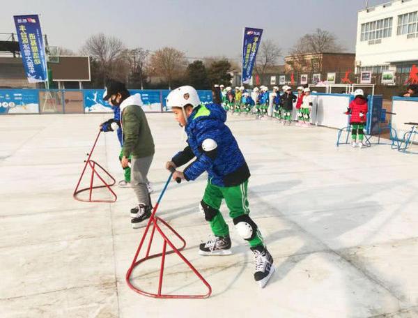 丰台区仿真冰进校园 让学生感受滑冰乐趣
