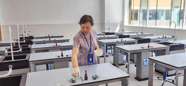 四川成都市石室天府中学新建的理化生实验室日前已投入使用