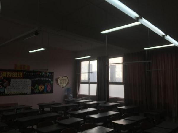 学生近视率攀升 校园照明环境不良引发重视